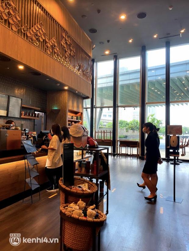 Dân tình nô nức kéo đến 5 store Starbucks Hà Nội mở cửa: Gần 2 tháng mới được check-in với cốc cà phê trên tay, tôi khóc! - Ảnh 7.