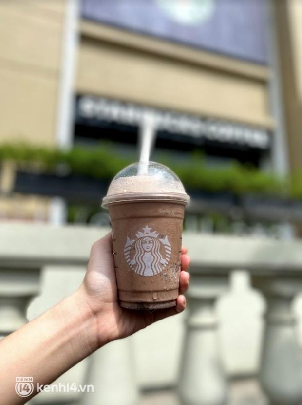 Dân tình nô nức kéo đến 5 store Starbucks Hà Nội mở cửa: Gần 2 tháng mới được check-in với cốc cà phê trên tay, tôi khóc! - Ảnh 13.