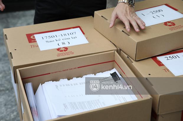 Toàn cảnh livestream Thuỷ Tiên - Công Vinh sao kê 177 tỷ: Ra về với 8 thùng chứa 18.000 trang giấy tờ và tuyên bố khởi kiện! - Ảnh 12.