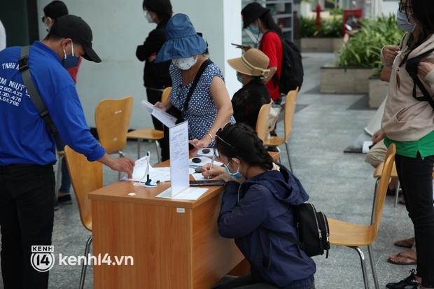Chùm ảnh Ngân hàng nơi Thuỷ Tiên sắp livestream sao kê từ thiện: Giới hạn số lượng khách mỗi lần giao dịch, khai báo y tế trước khi vào - Ảnh 5.