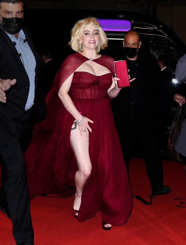 Billie Eilish gây sốt với màn lột xác ở tiệc hậu Met Gala: Váy đỏ rực tôn vòng 1 chực trào, mất máu hơn vì chi tiết ở đùi - Ảnh 2.