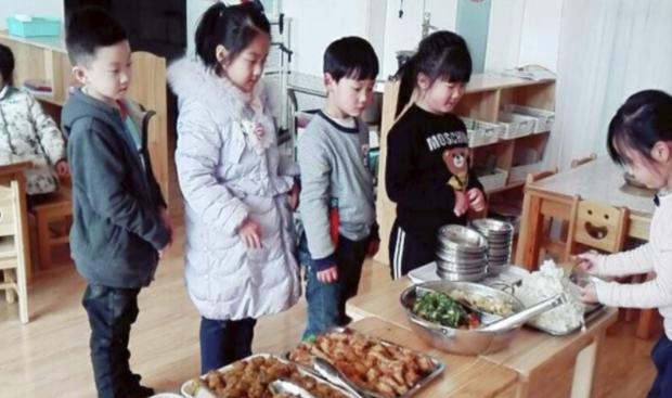 Con trai 3 tuổi luôn miệng khen cơm ở trường ngon hơn mẹ nấu, bà mẹ đến tận trường rình, phát hiện sự thật ngã ngửa - Ảnh 4.