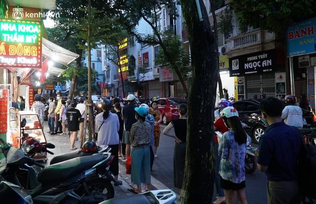Hà Nội: Bảo Phương đóng cửa, người dân ùn ùn xếp hàng mua bánh trung thu ở các tiệm kế bên - Ảnh 5.