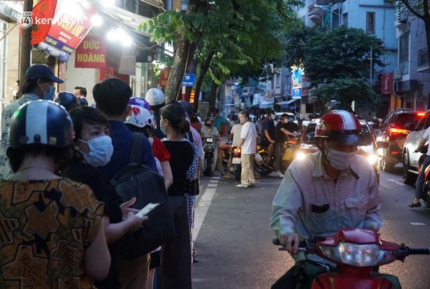Hà Nội: Bảo Phương đóng cửa, người dân ùn ùn xếp hàng mua bánh trung thu ở các tiệm kế bên - Ảnh 8.