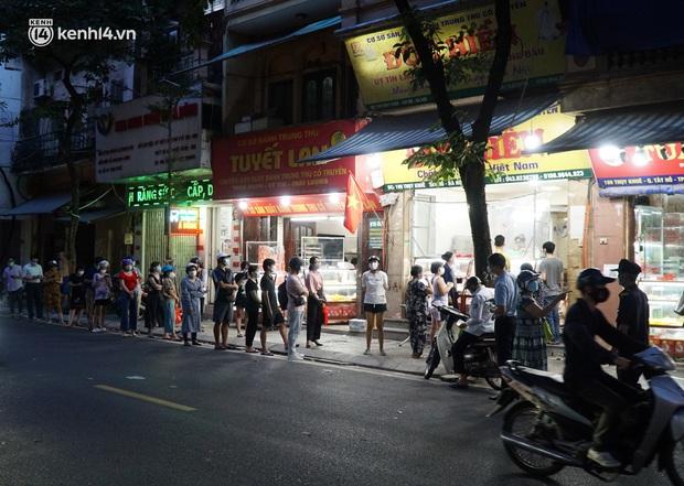 Hà Nội: Bảo Phương đóng cửa, người dân ùn ùn xếp hàng mua bánh trung thu ở các tiệm kế bên - Ảnh 2.