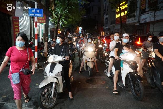 Hà Nội: Bảo Phương đóng cửa, người dân ùn ùn xếp hàng mua bánh trung thu ở các tiệm kế bên - Ảnh 3.
