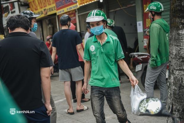 Hà Nội bắt đầu được giao đồ ăn trở lại: Shipper xếp hàng dài chờ mua trong khi khách gọi điện giục liên tục - Ảnh 11.
