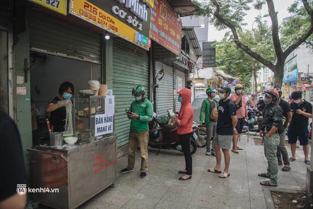 Hà Nội bắt đầu được giao đồ ăn trở lại: Shipper xếp hàng dài chờ mua trong khi khách gọi điện giục liên tục - Ảnh 12.