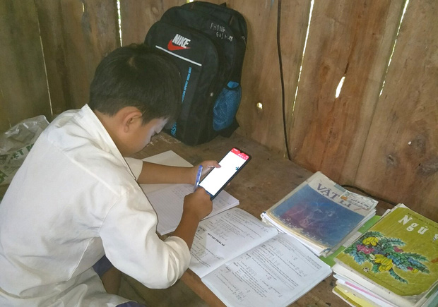Phụ huynh lên núi dựng lán tạm cho con bắt sóng 3G học online - Ảnh 2.