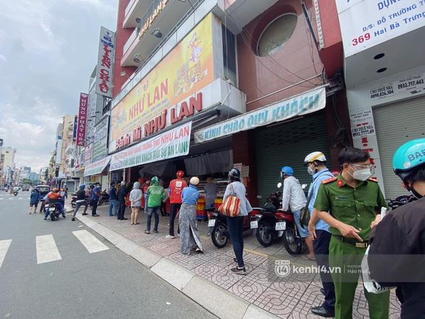 Xe hơi xếp hàng chờ mua bánh Trung thu ở Sài Gòn, mùa này chỗ nào cũng vắng chứ Như Lan thì chưa bao giờ! - Ảnh 2.