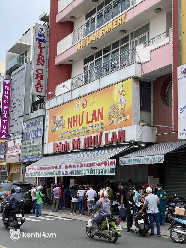 Xe hơi xếp hàng chờ mua bánh Trung thu ở Sài Gòn, mùa này chỗ nào cũng vắng chứ Như Lan thì chưa bao giờ! - Ảnh 3.