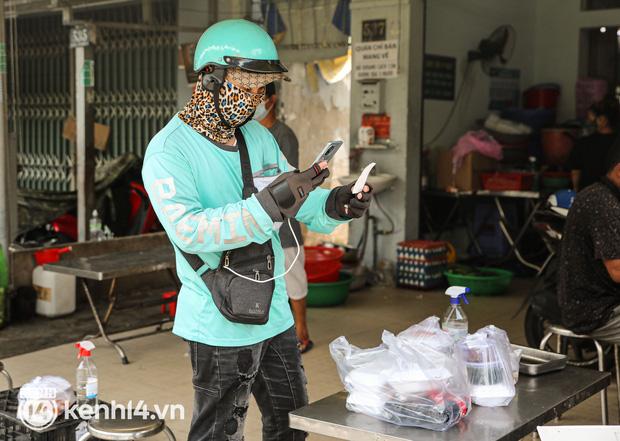Người Sài Gòn rần rần đặt đồ ăn online: Quán xá chuẩn bị hàng trăm đơn, shipper hoạt động hết công suất mới kịp giao cho khách - Ảnh 8.