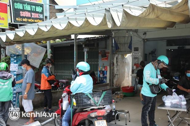 Người Sài Gòn rần rần đặt đồ ăn online: Quán xá chuẩn bị hàng trăm đơn, shipper hoạt động hết công suất mới kịp giao cho khách - Ảnh 7.