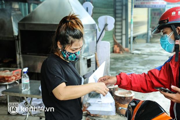 Người Sài Gòn rần rần đặt đồ ăn online: Quán xá chuẩn bị hàng trăm đơn, shipper hoạt động hết công suất mới kịp giao cho khách - Ảnh 11.