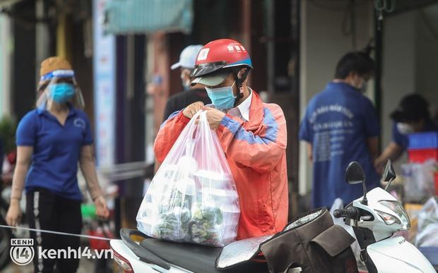 Người Sài Gòn rần rần đặt đồ ăn online: Quán xá chuẩn bị hàng trăm đơn, shipper hoạt động hết công suất mới kịp giao cho khách - Ảnh 15.