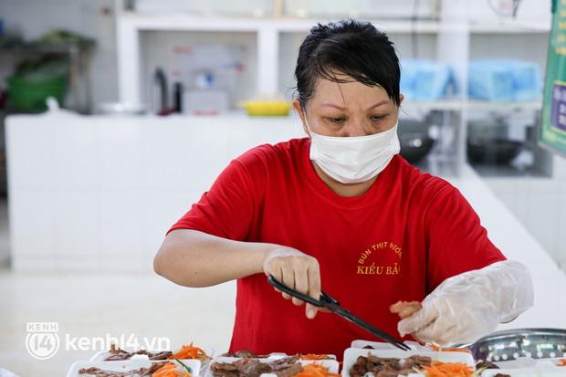 Người Sài Gòn rần rần đặt đồ ăn online: Quán xá chuẩn bị hàng trăm đơn, shipper hoạt động hết công suất mới kịp giao cho khách - Ảnh 2.