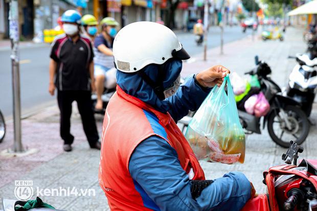 Người Sài Gòn rần rần đặt đồ ăn online: Quán xá chuẩn bị hàng trăm đơn, shipper hoạt động hết công suất mới kịp giao cho khách - Ảnh 20.