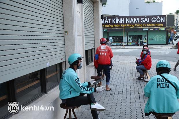 Người Sài Gòn rần rần đặt đồ ăn online: Quán xá chuẩn bị hàng trăm đơn, shipper hoạt động hết công suất mới kịp giao cho khách - Ảnh 27.