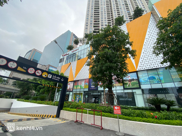 Ảnh hiếm: Cận cảnh bên trong các TTTM ở Hà Nội những ngày này, chỉ có gian hàng ẩm thực là sáng đèn - Ảnh 2.