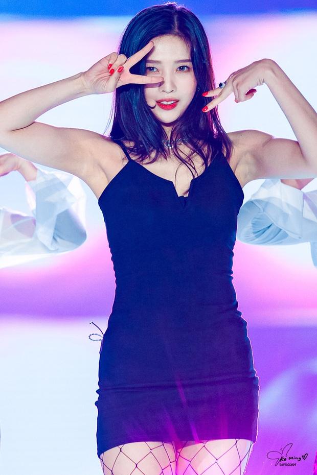Ngắm body mướt mát của Joy (Red Velvet) qua loạt sân khấu đỉnh cao này chắc fan tiếc lắm, vì giờ cô ấy đã là bồ người ta - Ảnh 19.