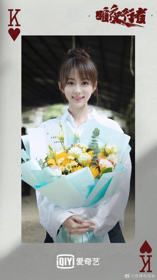 Dân tình hốt hoảng vì nhan sắc giả trân của bà xã Vương Nhất Bác, make up lố mà thua xa nữ phụ ở lễ đóng máy phim mới - Ảnh 5.