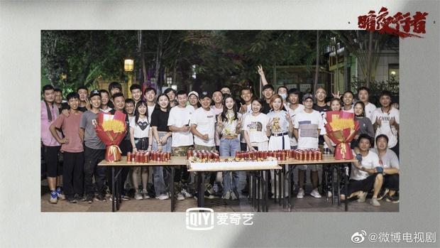 Dân tình hốt hoảng vì nhan sắc giả trân của bà xã Vương Nhất Bác, make up lố mà thua xa nữ phụ ở lễ đóng máy phim mới - Ảnh 8.