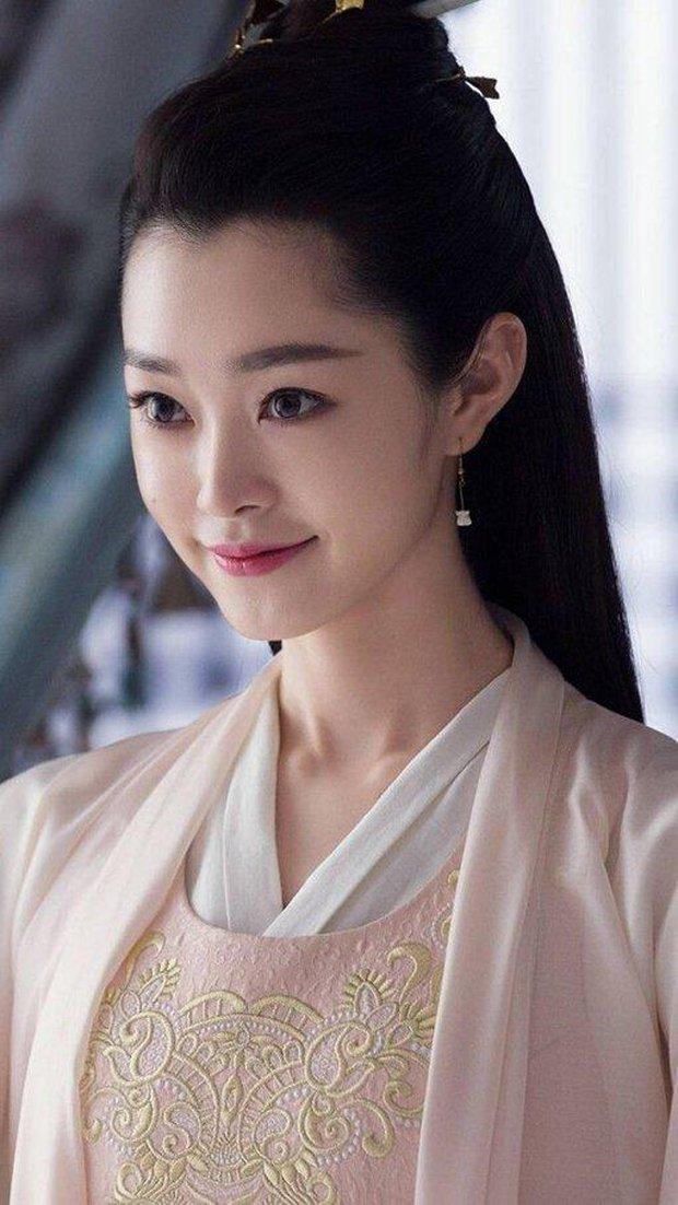 Dân tình hốt hoảng vì nhan sắc giả trân của bà xã Vương Nhất Bác, make up lố mà thua xa nữ phụ ở lễ đóng máy phim mới - Ảnh 2.