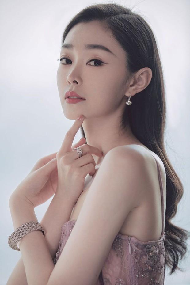 Dân tình hốt hoảng vì nhan sắc giả trân của bà xã Vương Nhất Bác, make up lố mà thua xa nữ phụ ở lễ đóng máy phim mới - Ảnh 3.