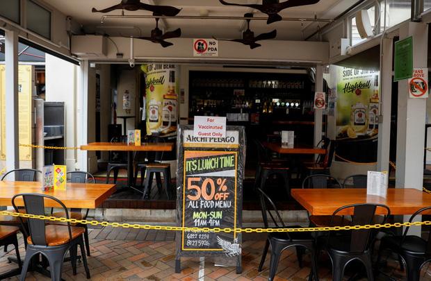 Lạc lõng, cô lập: Đây là những gì người không tiêm vaccine Covid tại Singapore đang cảm thấy ngay lúc này - Ảnh 2.