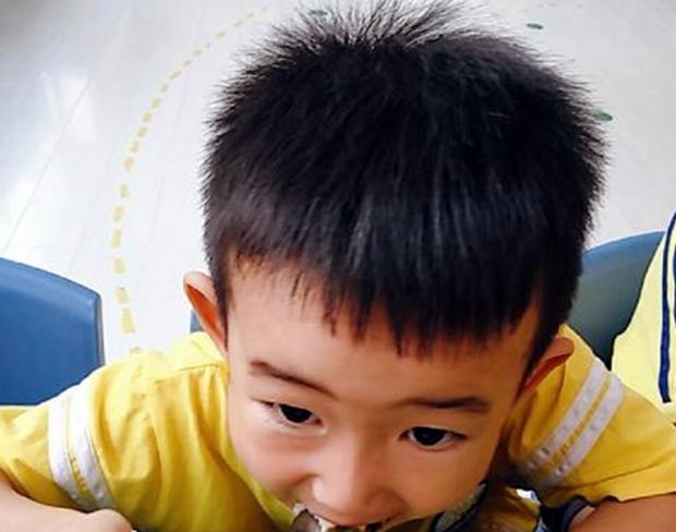 Con trai 3 tuổi luôn miệng khen cơm ở trường ngon hơn mẹ nấu, bà mẹ đến tận trường rình, phát hiện sự thật ngã ngửa - Ảnh 1.