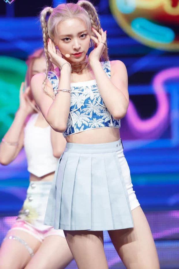 Hội nữ idol Thủy thủ Mặt Trăng của Kpop: Lisa được lấy làm thước đo, thành viên hậu bối dù visual gây tranh cãi vẫn được kết nạp - Ảnh 12.