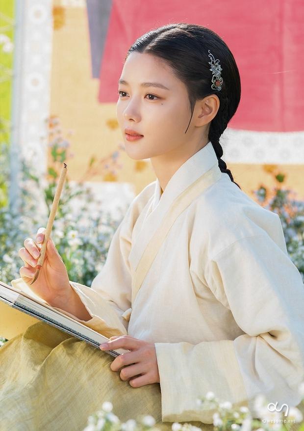 Trận chiến gần 10 năm không dứt trên màn ảnh Hàn: Chọn ai giữa Kim Yoo Jung và Kim So Hyun? - Ảnh 9.