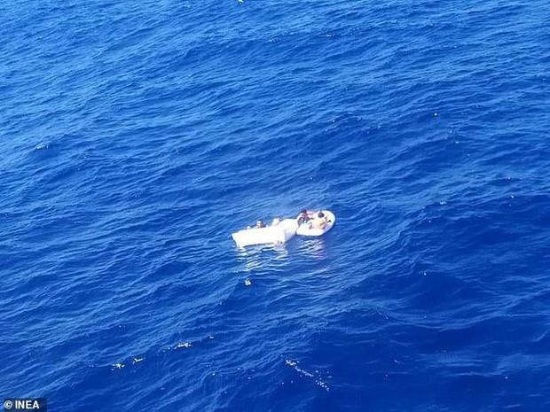 Đắm tàu du lịch, mẹ tự uống nước tiểu rồi cho con bú đến hơi thở cuối cùng - Ảnh 3.