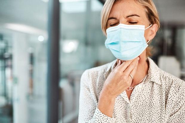 Phân biệt đau họng do COVID-19 và do cảm lạnh - Ảnh 2.