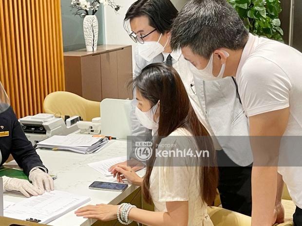 Cận cảnh chồng thùng giấy chứa 18.000 tờ sao kê 177 tỷ kêu gọi cứu trợ miền Trung của vợ chồng Thuỷ Tiên - Công Vinh! - Ảnh 7.