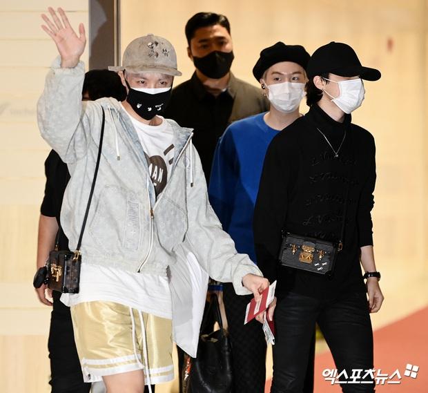 BTS đổ bộ sân bay sang Mỹ dự hội nghị Liên Hợp Quốc: V - Jungkook đeo khẩu trang kín mít vẫn soái xỉu, nhìn quần áo của J-Hope mà bật ngửa - Ảnh 3.