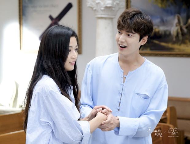Hội bạn gái của Lee Min Ho liệu có chạy 8 hướng khi thấy mái tóc mào gà cùng cảnh hôn 50 lần trong MV 2NE1? - Ảnh 17.