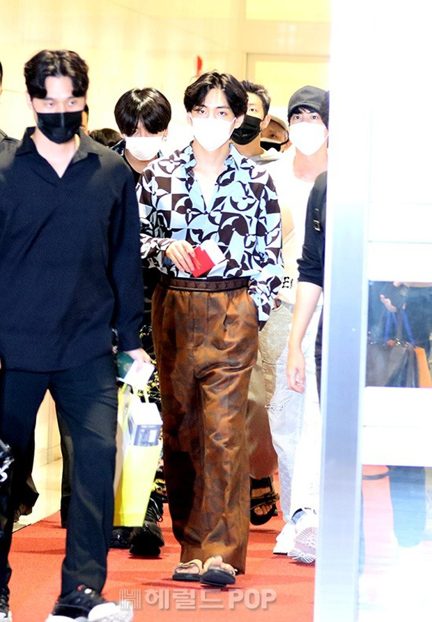 BTS đổ bộ sân bay sang Mỹ dự hội nghị Liên Hợp Quốc: V - Jungkook đeo khẩu trang kín mít vẫn soái xỉu, nhìn quần áo của J-Hope mà bật ngửa - Ảnh 7.