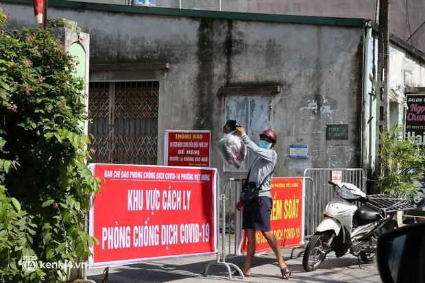 Hà Nội: Phong tỏa khu dân cư ở quận Long Biên nơi 6 người trong gia đình dương tính SARS-CoV-2 - Ảnh 3.