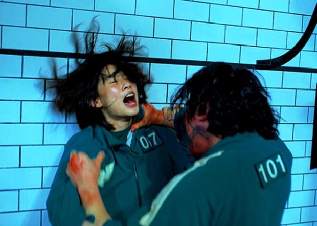 Bom tấn sinh tồn Hàn Squid Game vừa ra mắt đã bị chê đủ đường: Twist dễ đoán, xem còn tưởng phim tâm lý cơ - Ảnh 4.