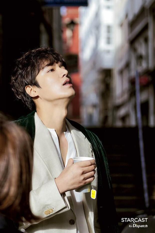 Hội bạn gái của Lee Min Ho liệu có chạy 8 hướng khi thấy mái tóc mào gà cùng cảnh hôn 50 lần trong MV 2NE1? - Ảnh 16.