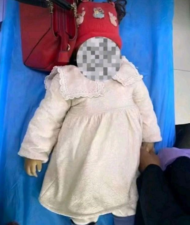 Bé gái 1 tuổi chết tức tưởi sau khi cán bộ làng đưa vào nhà vệ sinh, hành động của bà mẹ nhận chỉ trích nặng nề - Ảnh 2.