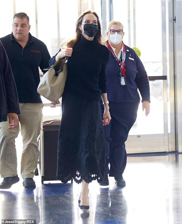 Vừa phát biểu tại Nhà Trắng, Angelina Jolie đã gây náo loạn cả sân bay: Đeo khẩu trang vẫn gây sốt vì visual xinh đẹp hút hồn - Ảnh 2.