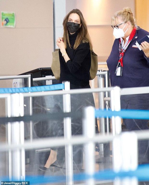 Vừa phát biểu tại Nhà Trắng, Angelina Jolie đã gây náo loạn cả sân bay: Đeo khẩu trang vẫn gây sốt vì visual xinh đẹp hút hồn - Ảnh 5.