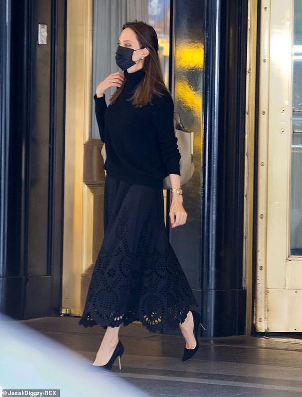 Vừa phát biểu tại Nhà Trắng, Angelina Jolie đã gây náo loạn cả sân bay: Đeo khẩu trang vẫn gây sốt vì visual xinh đẹp hút hồn - Ảnh 4.