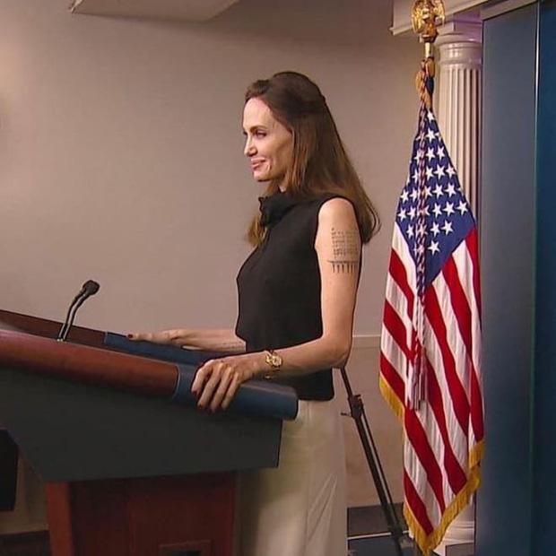 Vừa phát biểu tại Nhà Trắng, Angelina Jolie đã gây náo loạn cả sân bay: Đeo khẩu trang vẫn gây sốt vì visual xinh đẹp hút hồn - Ảnh 7.