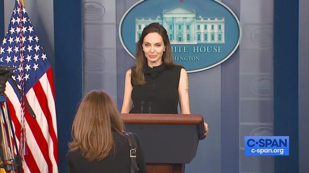 Vừa phát biểu tại Nhà Trắng, Angelina Jolie đã gây náo loạn cả sân bay: Đeo khẩu trang vẫn gây sốt vì visual xinh đẹp hút hồn - Ảnh 9.