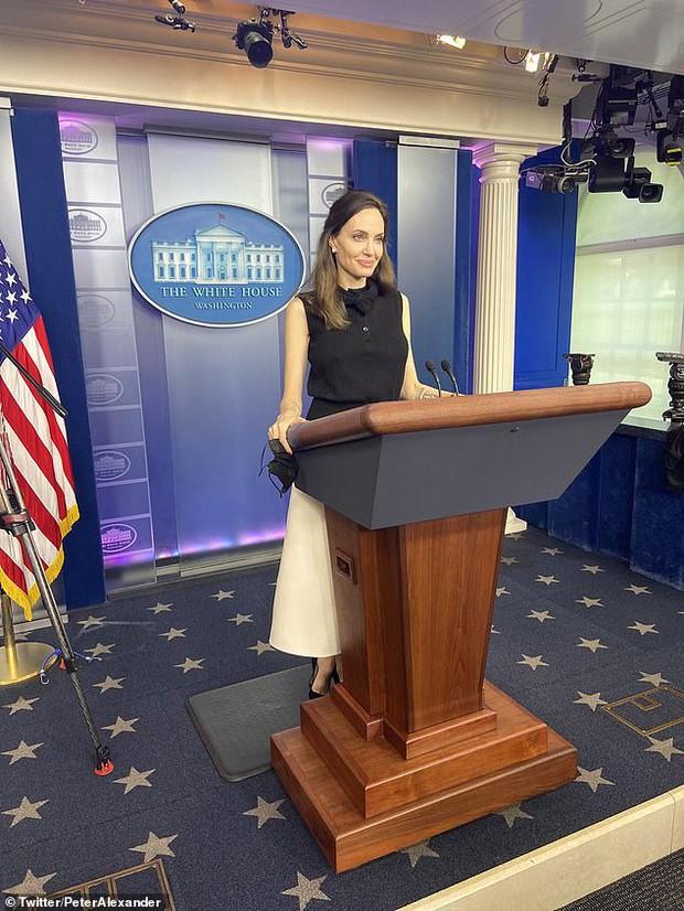 Vừa phát biểu tại Nhà Trắng, Angelina Jolie đã gây náo loạn cả sân bay: Đeo khẩu trang vẫn gây sốt vì visual xinh đẹp hút hồn - Ảnh 8.