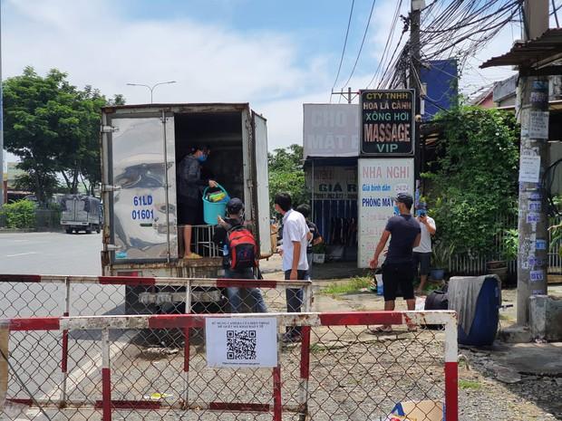 """TP.HCM: Phát hiện xe tải """"nhét"""" 6 người là các F0 đã khỏi bệnh trong thùng hàng - Ảnh 1."""
