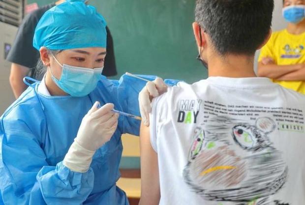 Trung Quốc bắt đầu tiêm mũi vaccine Covid-19 tăng cường - Ảnh 1.